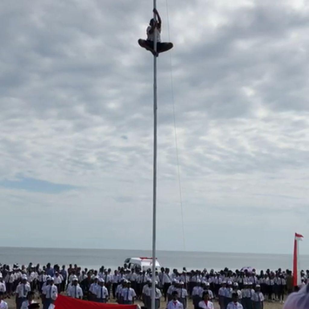 Viral Aksi Anak SMP di NTT Panjat Tiang karena Tali Bendera Putus