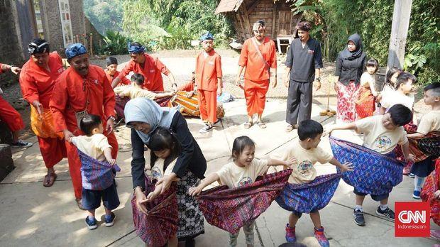 Anak-anak TK asyik bermain permainan tradisional di Komunitas Hong.