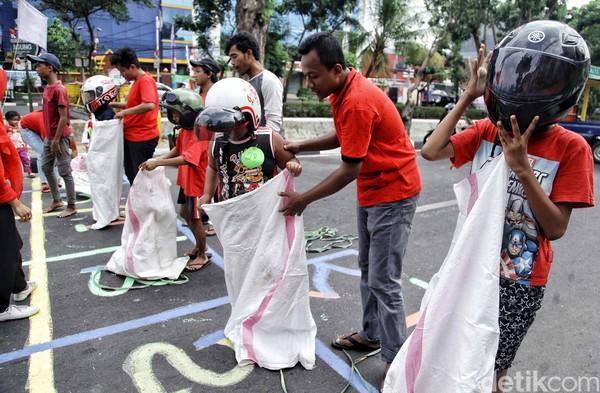 Karena gampang ditiru, akhirnya rammailah warga Indonesia yang menggelardanmengadakanbalap karung.(Pradita Utama)