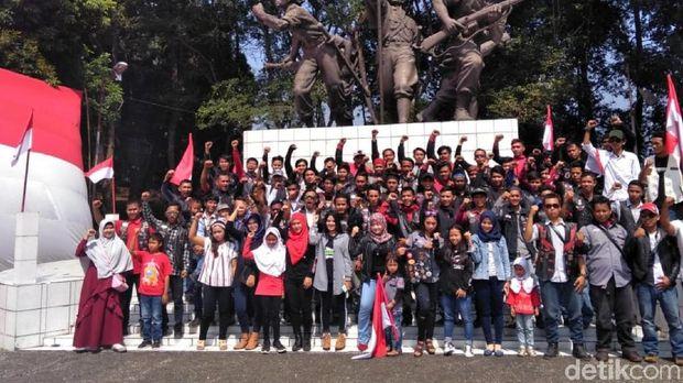 HUT RI, Komunitas Motor di Sukabumi Bentangkan Bendera Raksasa