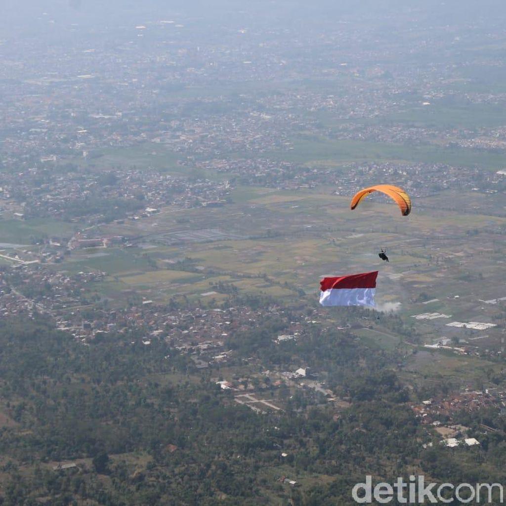 Polri-TNI Bentangkan Merah-Putih di Langit Garut