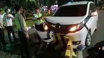 Minibus Tabrak Separator Busway di Medan Merdeka Barat