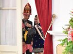 Mesranya Jokowi-Iriana Wefie Pakai Baju Adat Sebelum Upacara