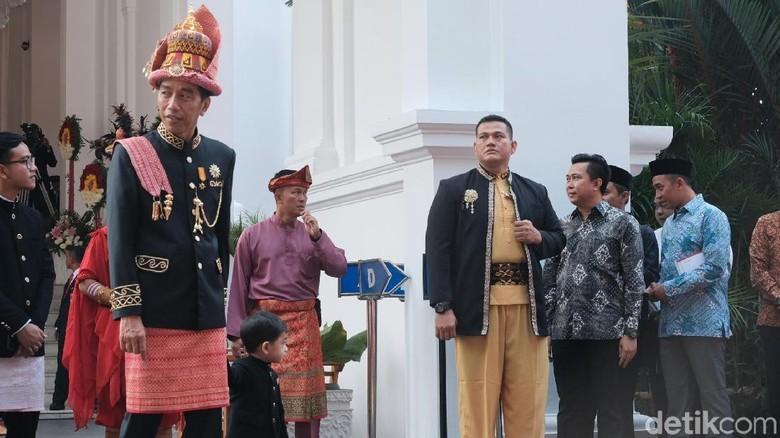 Jokowi Tak Lagi Kenakan Baju Adat saat Upacara Penurunan Bendera