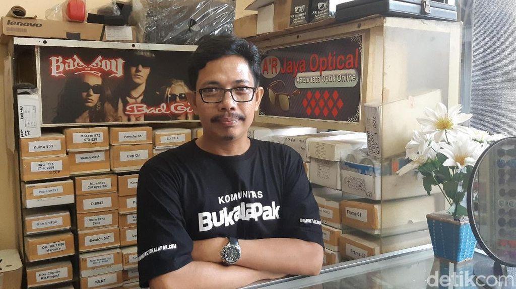 Zoel, Penjual Kacamata Keliling Kini Sukses Kelola Toko Online