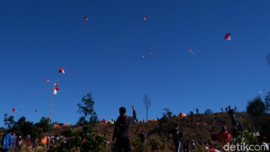 Langit di puncak Gunung Prau, Wonososobo tampak berbeda saat HUT Kemerdekaan RI. Banyak layang-layang berwarna Merah Putih (Uje/detikTravel)