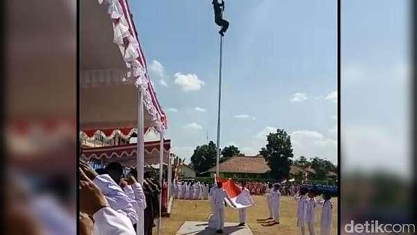 Aksi Heroik Serma Timbul Panjat Tiang Bendera Karena Kait Lepas