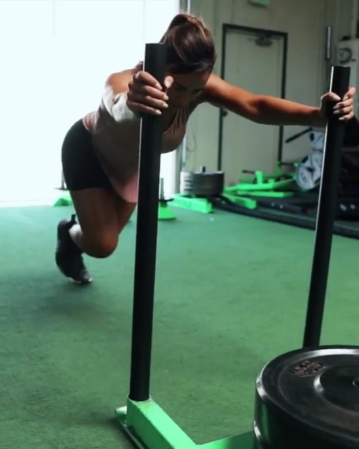 Meski begitu, kekuatan ototnya boleh diadu. Foto: instagram/anacheri