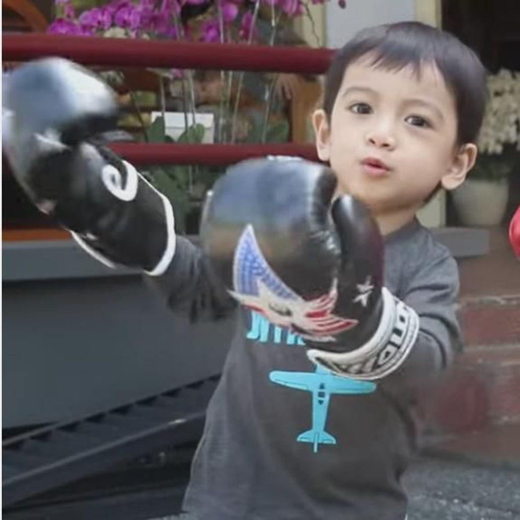 Potret Menggemaskan Cucu Jokowi, Jan Ethes