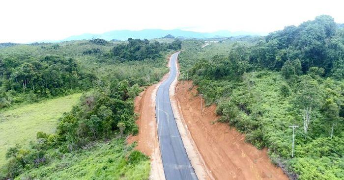 Salah satu jalan akses perbatasan yang dibangun di Kalimantan Barat adalah ruas Nanga Badau-Lanjak. Istimewa/Ditjen Bina Marga Kementerian PUPR.