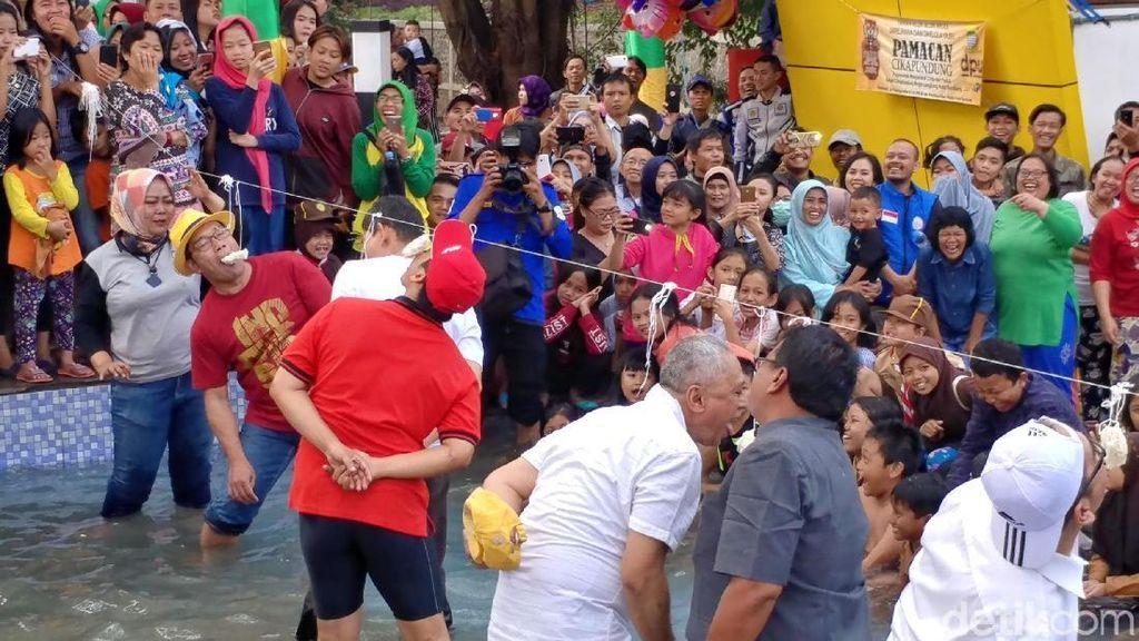 Keseruan Ridwan Kamil dan Kadis Lomba Makan Kerupuk di Kolam