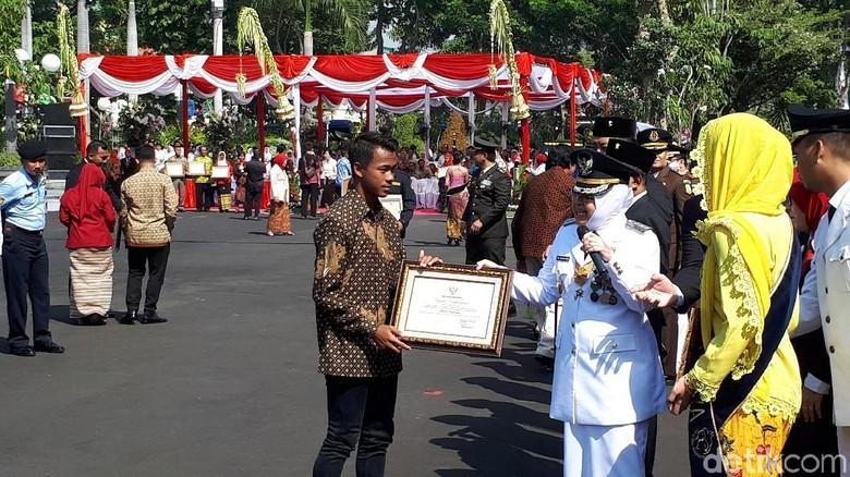 Upacara HUT RI, Risma Pamer Pertumbuhan Ekonomi Surabaya