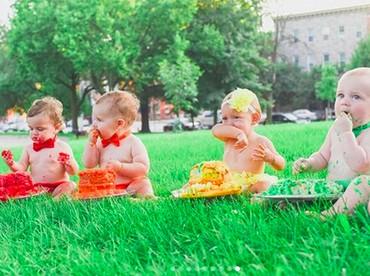 Lucu banget ya, Bun, masing-masing bayi udah sibuk dengan cake-nya. Hi-hi-hi. (Foto: Instagram/ @jcarr_photosnaps)