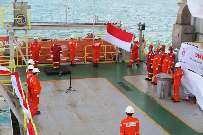 Upacara untuk memperingati HUT ke-73 RI berlangsung di dua anjungan lepas pantai yang berada di tengah laut Jawa, yaitu Mike Mike Flow Station dan Bravo.
