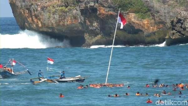 Upacara Bendera Ini Dilaksanakan di Tengah Laut