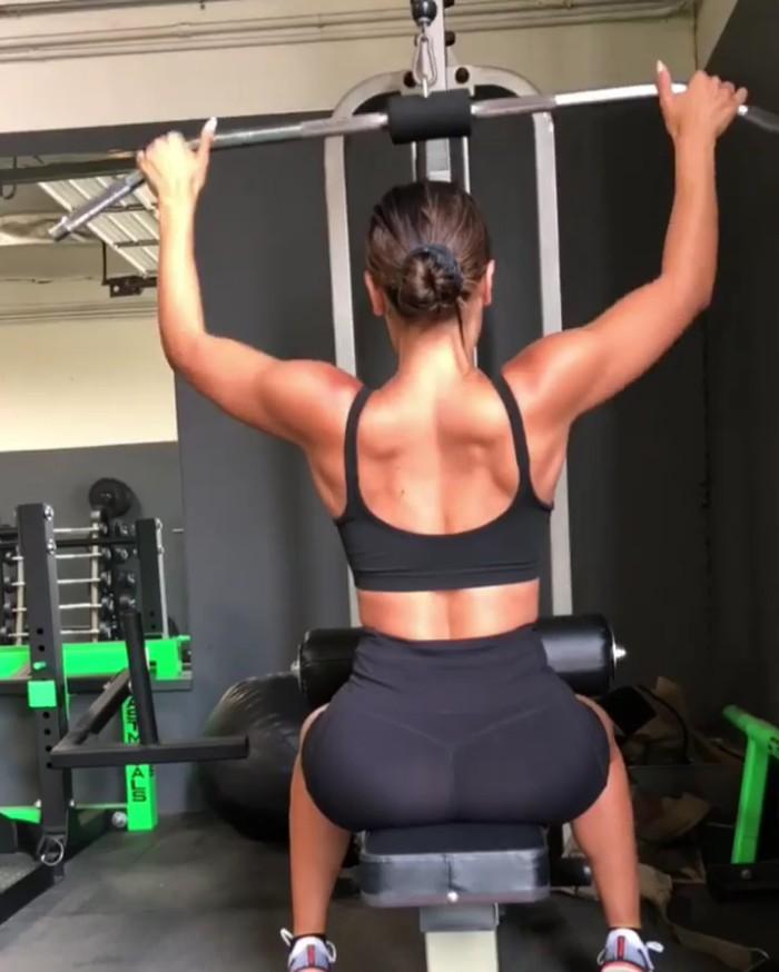 Harus rata, Ana juga tak melupakan otot punggung dan bahu. Foto: instagram/anacheri