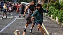 Seru! Warga Pasar Manggis Lomba Sepakbola Pakai Daster dan Sarung