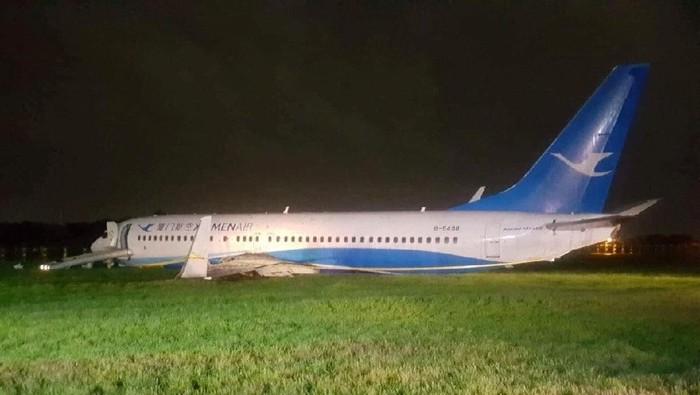 Pesawat Xiamen Airlines yang tergelincir di Manila berakhir di rerumputan dekat landasan (Anjo Perez/Manila International Airport Authority/Handout via REUTERS)