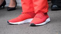 Gaya Jokowi Pakai Sneakers Made in Bandung Saat Torch Relay