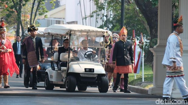Jokowi Ajak Cucu Keliling Istana Jelang Upacara Bendera