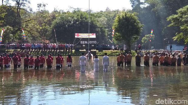 Begini Suasana Upacara HUT RI di Kolam Pemandian Kuno Senjoyo