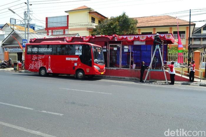 BRT Trans Semarang berhenti di shelter