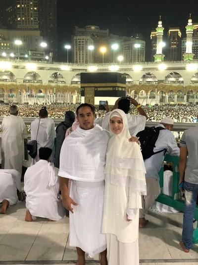 Nia Ramadhani dan Ardi Bakrie beribadah haji. Foto: (Ardie Bakrie/Instagram)