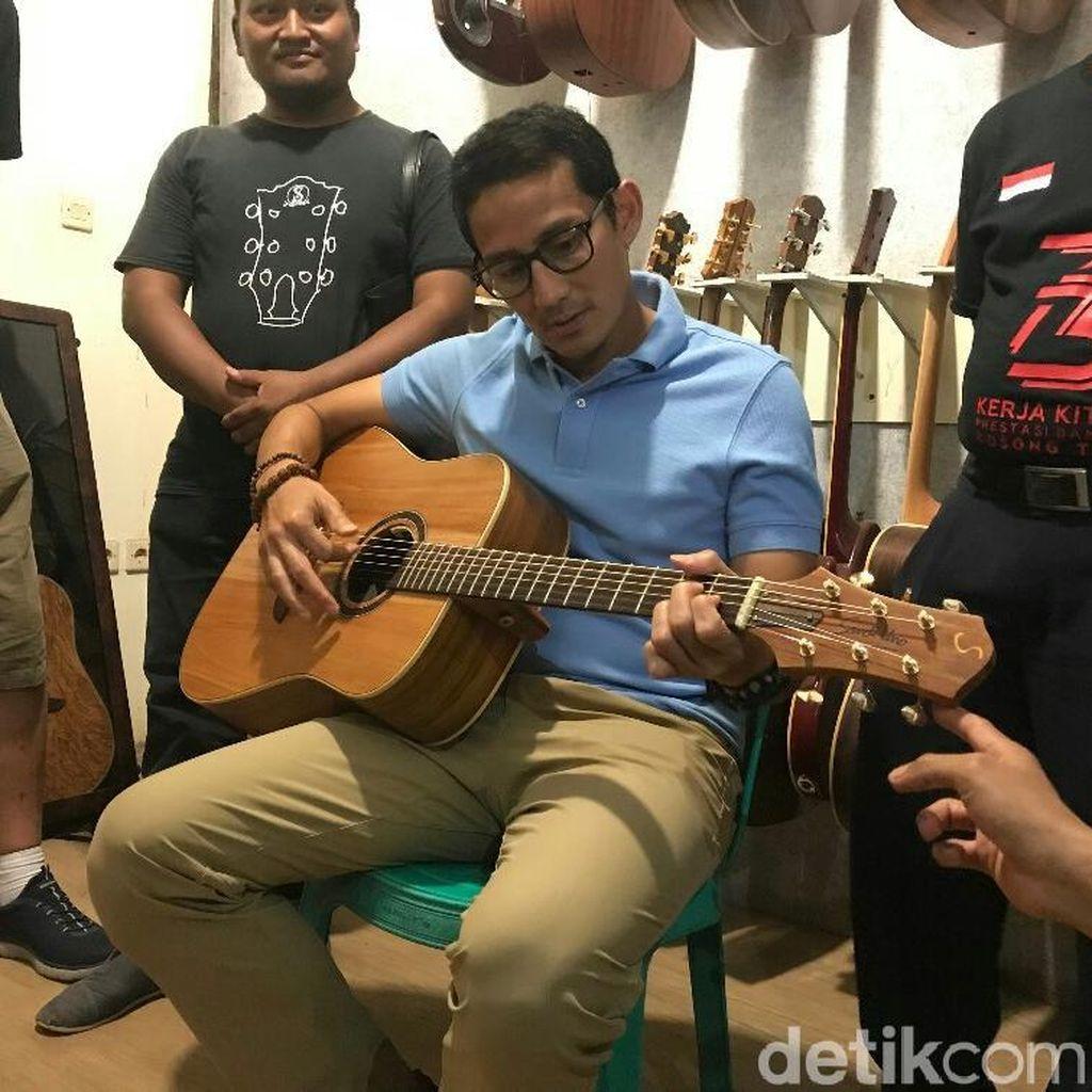Jreng...Sandiaga Uno Dapat Gitar dari Wong Aksan