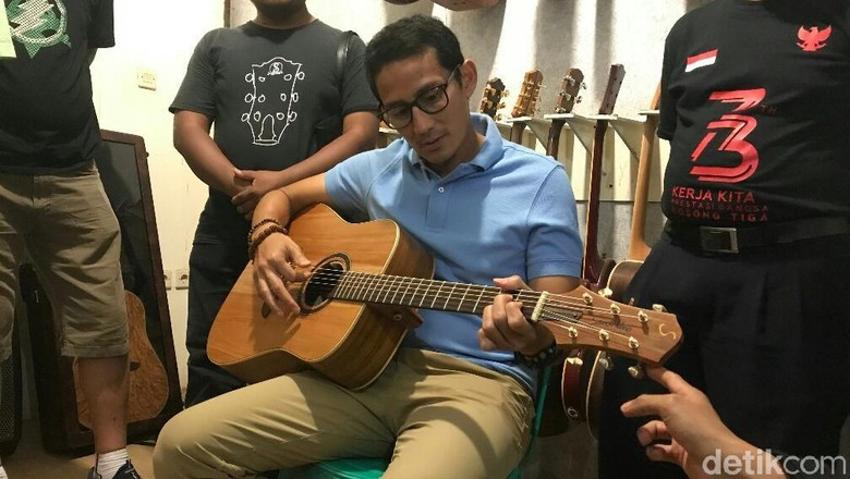 Jreng… Sandiaga Uno Dapat Gitar dari Wong Aksan