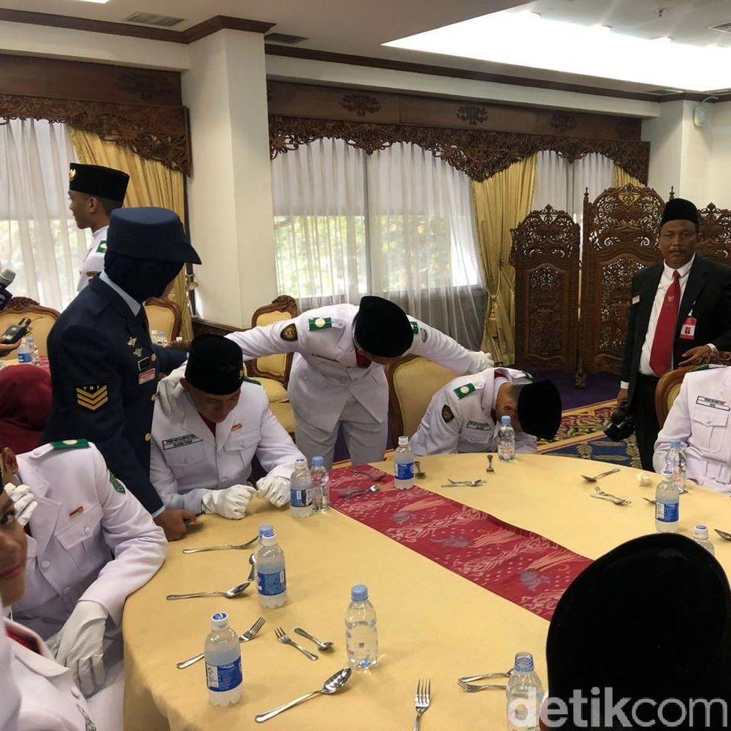 Cerita Putu Hendra, Bangga Bisa Kibarkan Bendera Pusaka di Istana
