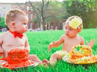 Tebak, Bun, apa yang sedang diobrolkan dua bayi ini? (Foto: Instagram/ @jcarr_photosnaps)