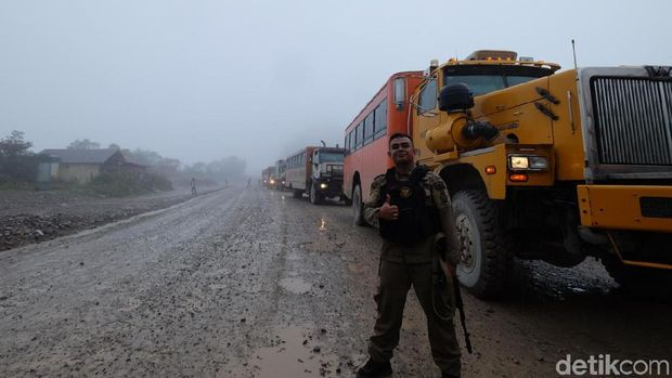 Bus pengangkut pekerja Freeport di Papua