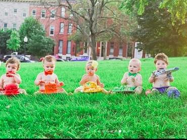 Ini dia enam bayi yang melakukan cake smash bareng dengan tema pelangi. Lucu banget ya, Bun, masing-masing bayi pakai baju dan punya jatah cake dengan warna pelangi. (Foto: Instagram/ @jcarr_photosnaps)
