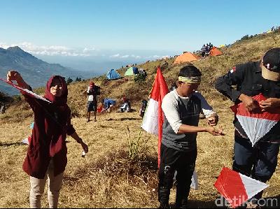 Foto: Aksi 1.000 Layang-layang Merah Putih di Gunung Prau