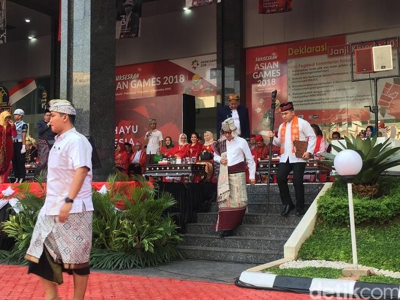 Berbaju Batak, Yasonna Pimpin Upacara HUT ke-73 RI di Kemenkum HAM
