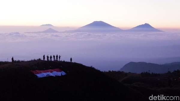 Panorama Saat 1.000 Pendaki Upacara HUT RI di Puncak Gunung Prau
