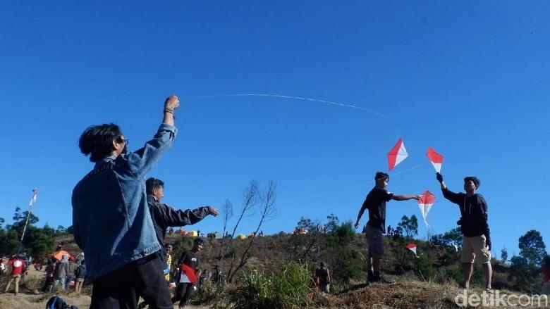Bermain layang-layang Merah Putih saat HUT RI di Gunung Prau (Uje/detikTravel)