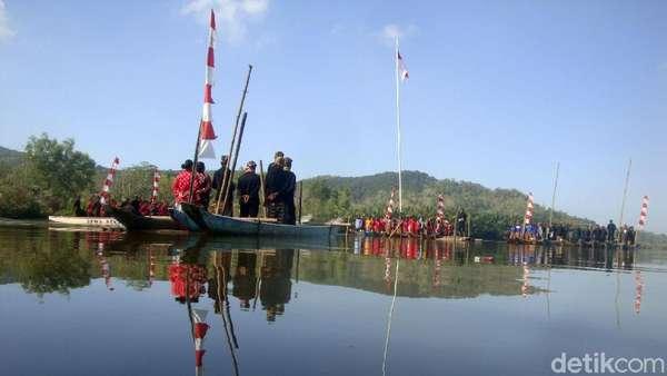 Warga Kejawen Bonokeling Upacara Kemerdekaan di Atas Perahu