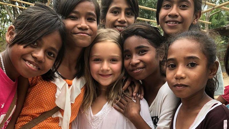 Foto: Lewat postingan Instagram kurang lebih 3 jam yang lalu, Victoria Beckham membagikan momen saat keluarganya berbagi senyuman dengan anak-anak Sumba. Senyum merekah dari Harper Beckham saat berfoto dengan anak-anak Sumba. (Instagram/@victoriabeckham)