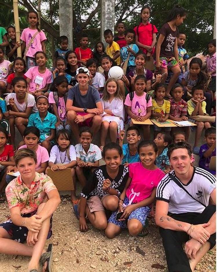 David Beckham dan Victoria sedang liburan di Bali dan Sumba. Mereka membawa 4 anak mereka. Lihat deh mereka mengajarkan sepakbola dan bahasa Inggris pada anak-anak Sumba. So sweet ya, Bun. (Foto: Instagram @victoriabeckham)