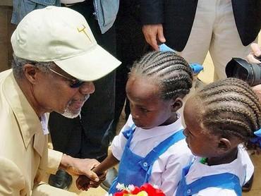 So sweet! Kofi Annan menerima bunga dari anak-anak pengungsi Sudan di pengungsian Iridimi di Chad, Afrika. (Foto: Instagram @kofiannan)