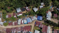 Pulau yang berbatasan langsung dengan Tawau, salah satu kota di Malaysia, menyimpan banyak keanekaragaman mulai dari kekayaan hasil bumi, keindahan alam hingga keramahan masyarakatnya. Di perbatasan itu pula tergambar jelas hutan sawit yang membentang hijau dan luas sepanjang garis perbatasan.
