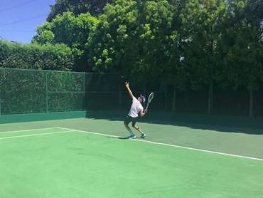 Romeo suka banget dengan tenis. Dia pun menyempatkan main tenis ketika berada di Indonesia. (Foto: Instagram @romeobeckham)