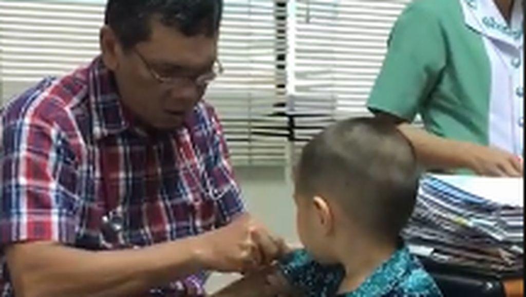 Viral! Bukannya Nangis, Bocah Ini Malah Bingung Lihat Trik Dokter Saat Nyuntik