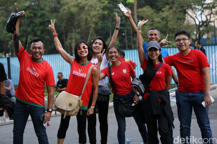 Beberapa warga kompak mengenakan baju serba merah.