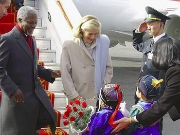 Kedatangan Kofi Annan dan istri, Nane Annan, ke Mongolia disambut anak-anak. (Foto: Instagram @kofiannan)