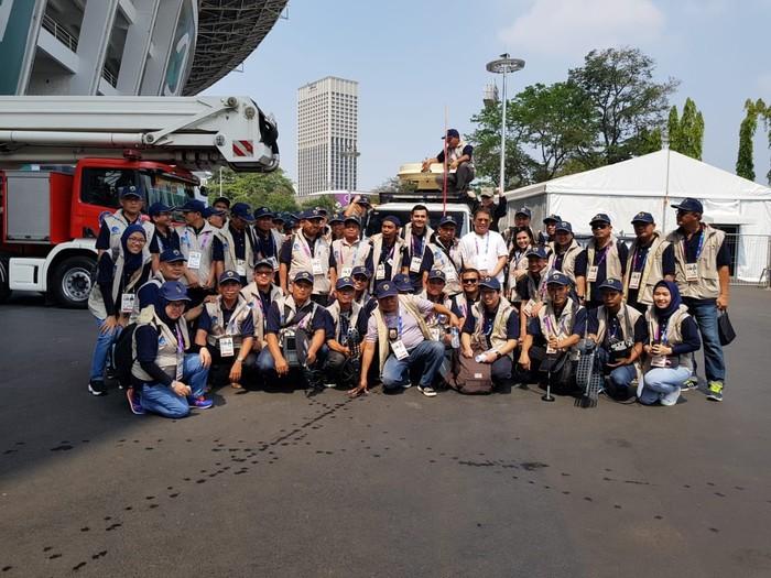 Menkominfo bersama para penjaga internet Asian Games. Foto: Kominfo