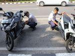 Aksi Petugas Dishub Tertibkan Kendaraan yang Parkir Sembarangan
