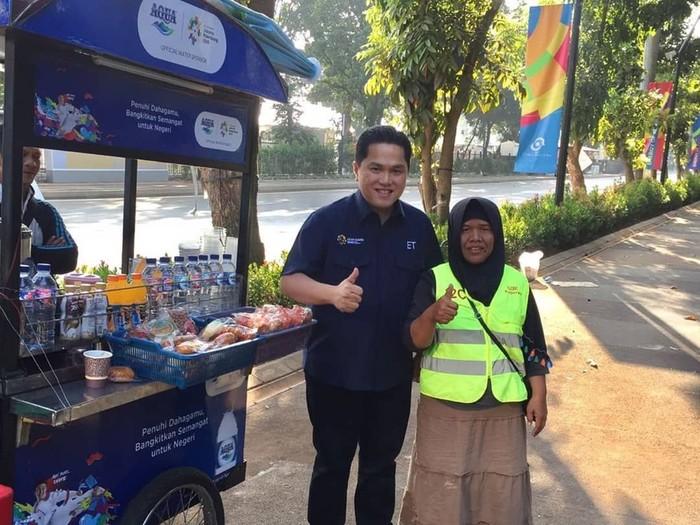 Erick Thohir dikenal sebagai pengusaha sukses. Tahun ini beliau dipercayai sebagai ketua INASGOC, ini posenya saat mengunjungi salah satu pedagang yang berada di sekitar Senayan jelang Asian Games 2018. Foto: Instagram: @erickthohir