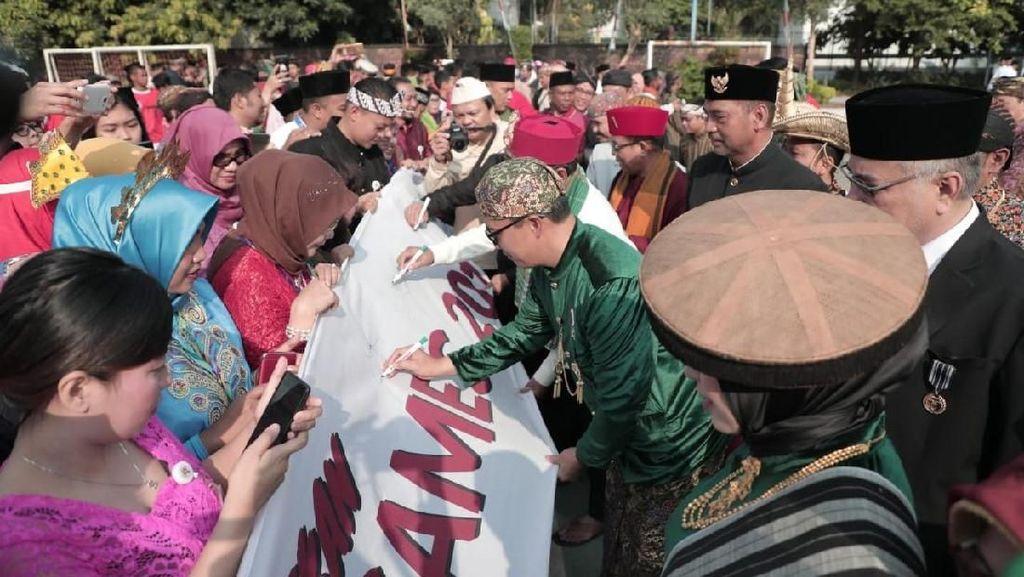 Dukung Asian Games, Staf Kemenpora Bubuhkan Ribuan Tanda Tangan